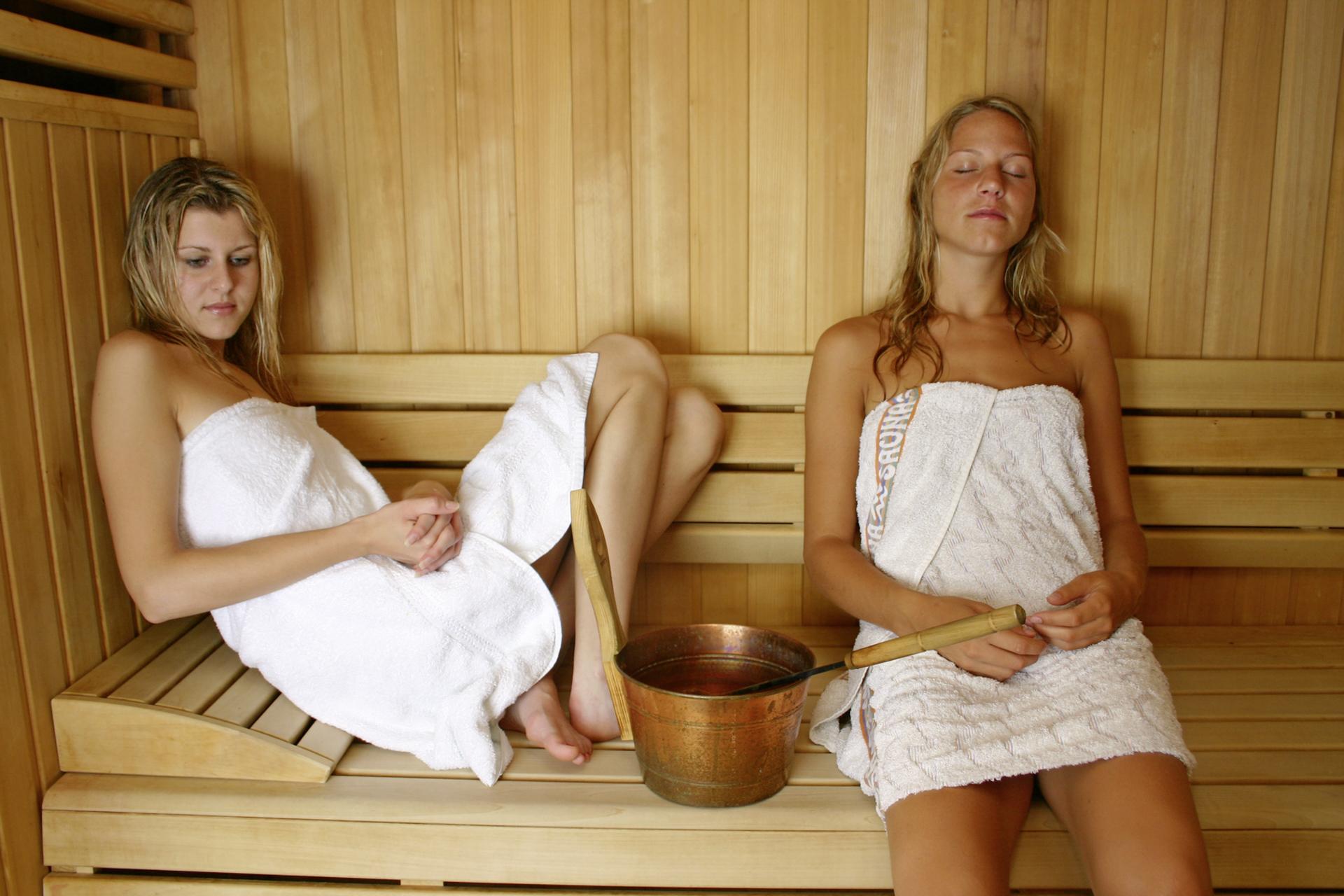 Сын подглядывает за матерью в бане, Порно сын подглядывает за мамой в бане HD 4 фотография